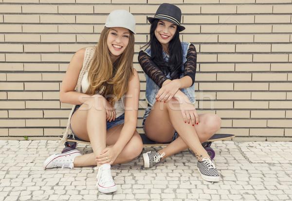 Huncut lányok kettő gyönyörű fiatal barátnők Stock fotó © iko