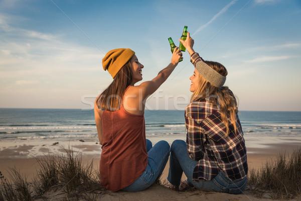 Сток-фото: тоста · пляж · два · Лучшие · друзья · сидят