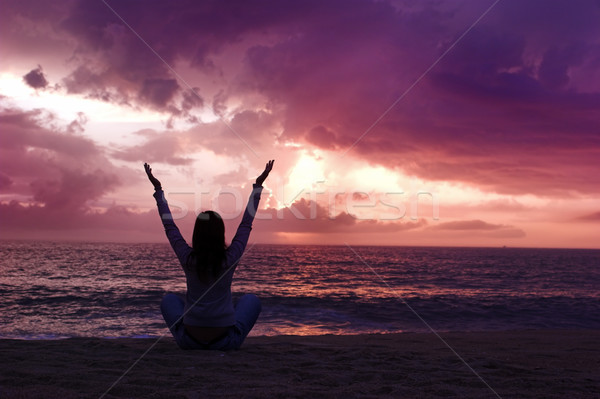 Détente femme silhouette plage coucher du soleil ciel Photo stock © iko