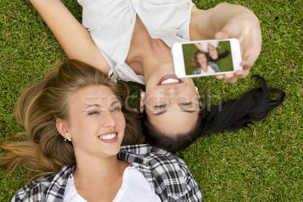 Legjobb barátok elvesz női fű lány nők Stock fotó © iko
