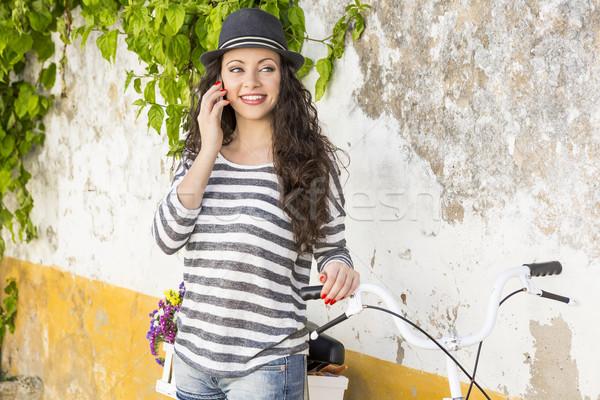 Gyönyörű lány készít telefonbeszélgetés gyönyörű fiatal női Stock fotó © iko