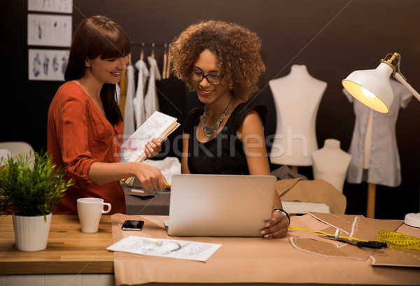 Mode deux jeunes entrepreneur femmes designer Photo stock © iko