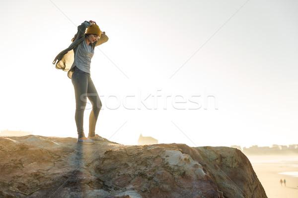 Donna rupe bella donna giallo cap spiaggia Foto d'archivio © iko
