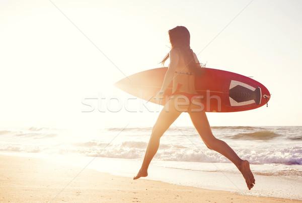 Hot surfer meisje zonsondergang lopen strand Stockfoto © iko