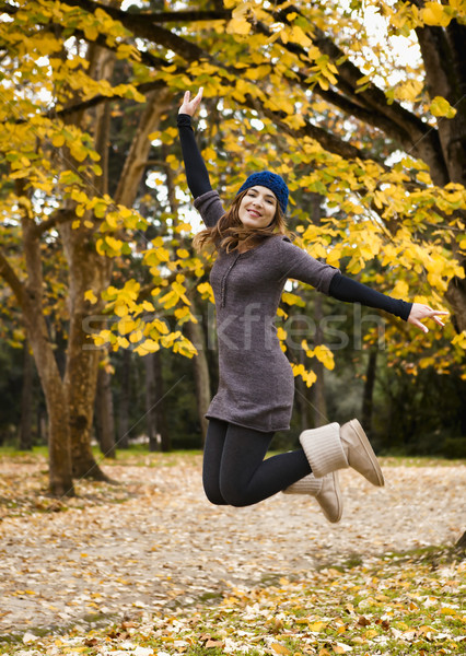Skoki piękna szczęśliwy kobieta jesienią dzień Zdjęcia stock © iko