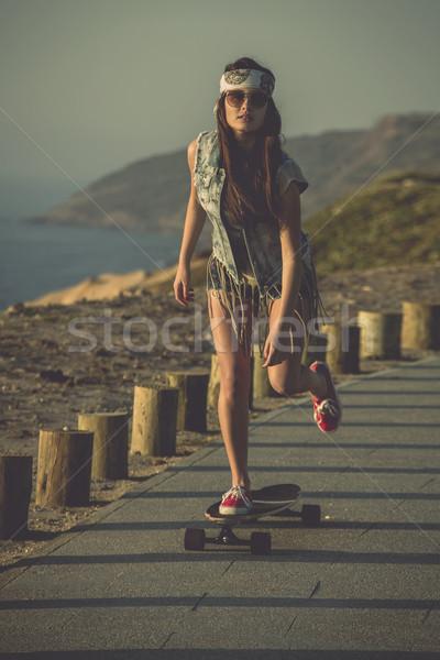 Görkorcsolyázó lány fiatal nő lefelé utca gördeszka Stock fotó © iko