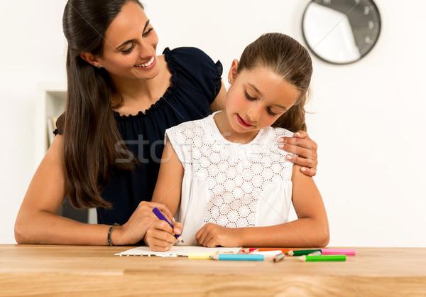 Aiutare compiti per casa giovani madre figlia home Foto d'archivio © iko