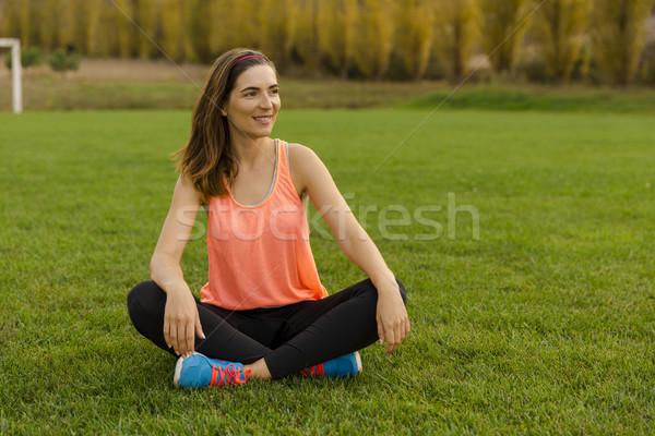 Pihen idő gyönyörű nő ül fű megnyugtató Stock fotó © iko