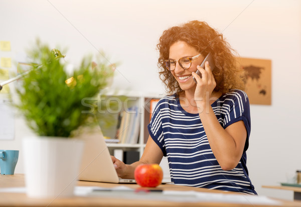 Telefoongesprek kantoor business vrouw Stockfoto © iko