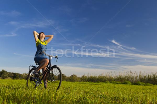 Bahar mutlu kız bisiklet bakıyor görmek Stok fotoğraf © iko