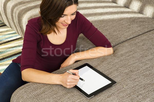 Dolgozik tabletta káprázatos nő otthon internet Stock fotó © iko