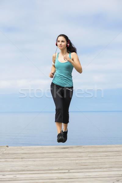 Jogging mooie jonge vrouw luisteren muziek vrouw Stockfoto © iko