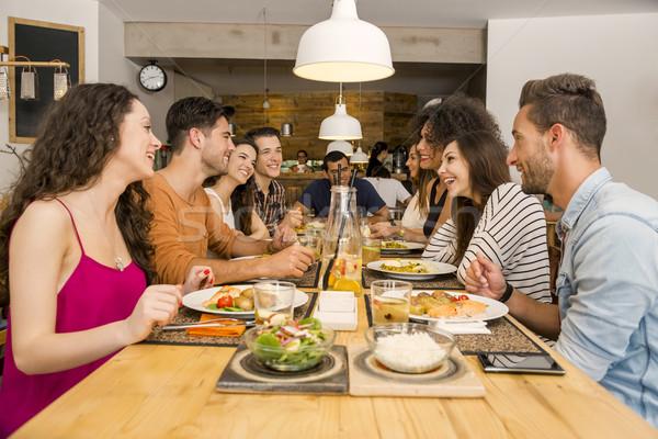 Barátok étterem több nemzetiségű csoport boldog szórakozás Stock fotó © iko