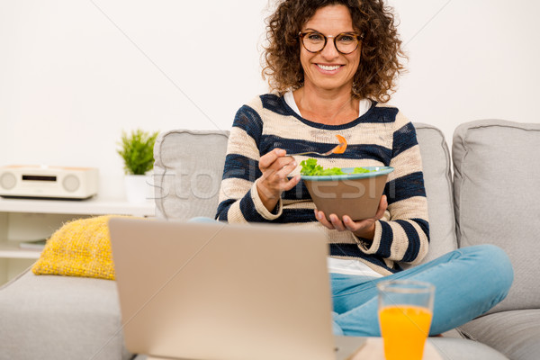 Photo stock: Belle · femme · manger · salade · maison · travaux