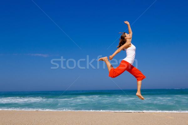 ストックフォト: 若い女性 · ジャンプ · 美しい · ビーチ · 空 · 春