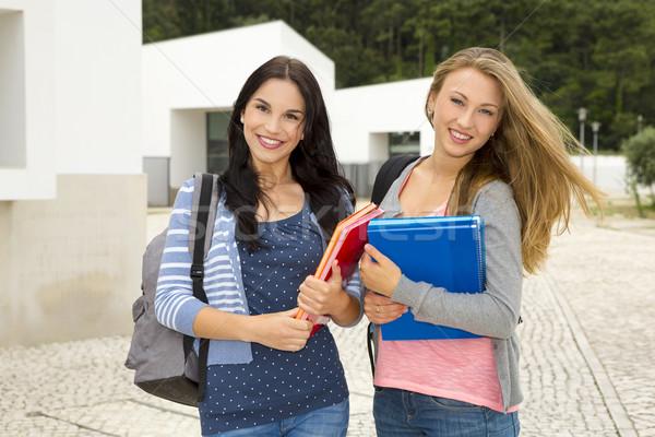 Kettő gyönyörű tini diákok sétál mosolyog Stock fotó © iko