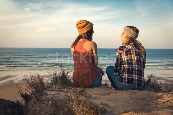 Stock fotó: Lányok · ül · tengerpart · kettő · legjobb · barátok · tengerpart