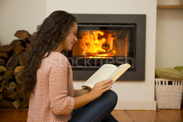 Stok fotoğraf: Kış · gün · güzel · bir · kadın · okuma · kitap