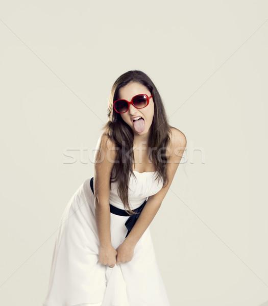 Rebel meisje mooie jonge vrouw witte jurk zonnebril Stockfoto © iko