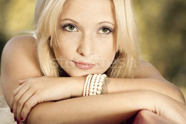 Gondolkodik szabadtér portré gyönyörű fiatal nő valami Stock fotó © iko