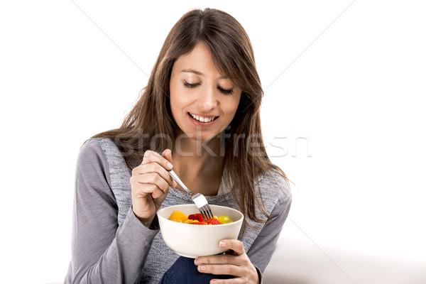 Ontspannen vruchtensalade mooie vrouw sofa eten voedsel Stockfoto © iko