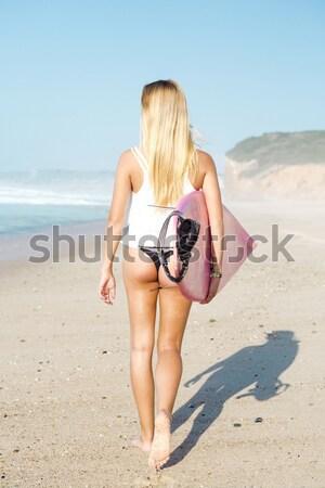 Szörfös lány gyönyörű sétál tengerpart szörfdeszka Stock fotó © iko