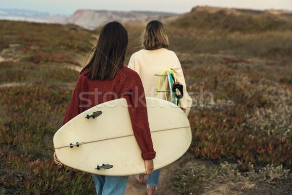 Surfer meisjes twee vrouwelijke surfers lopen Stockfoto © iko