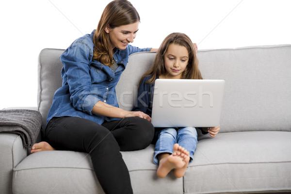 Madre insegnamento piccolo figlia lavoro laptop Foto d'archivio © iko