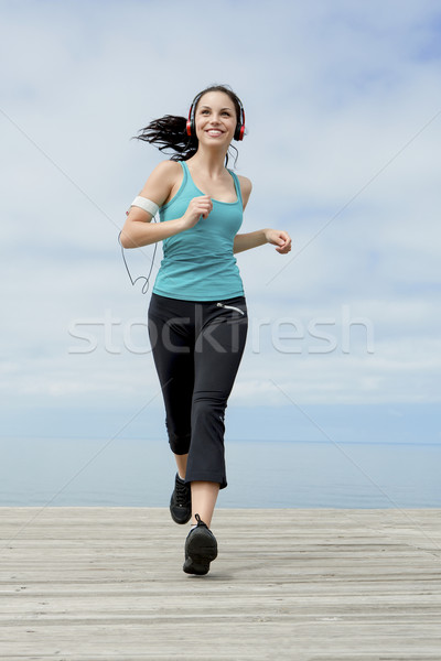 Jogging belle jeune femme écouter musique femme Photo stock © iko
