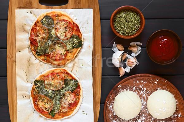 Spenót paradicsom pizza házi készítésű sütés papír Stock fotó © ildi