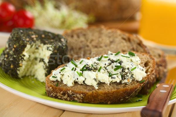 Teljes kiőrlésű kenyér kecskesajt szelet gyógynövények snidling Stock fotó © ildi