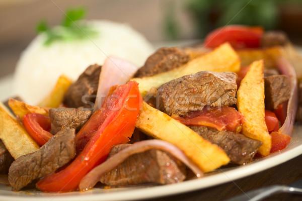 Edény marhahús paradicsom vöröshagyma sültkrumpli felszolgált Stock fotó © ildi