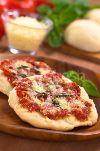 Pizza caseiro tomates manjericão Foto stock © ildi