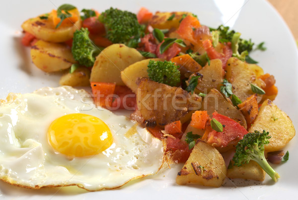 Tükörtojás sült zöldségek krumpli brokkoli sárgarépa Stock fotó © ildi