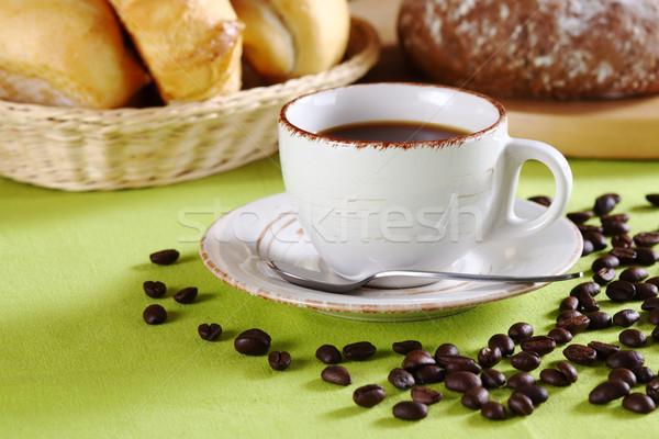 Foto d'archivio: Caffè · pane · tazza · di · caffè · molti · chicchi · di · caffè · verde