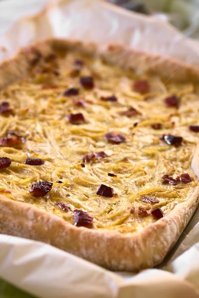 Soğan kek geleneksel lezzetli domuz pastırması krem Stok fotoğraf © ildi