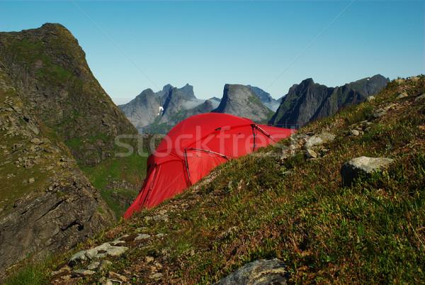 Rojo tienda ladera establecer hasta empinado Foto stock © ildi