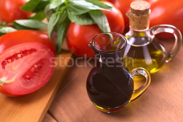 Vinagre balsâmico azeite tomates manjericão foco foco Foto stock © ildi