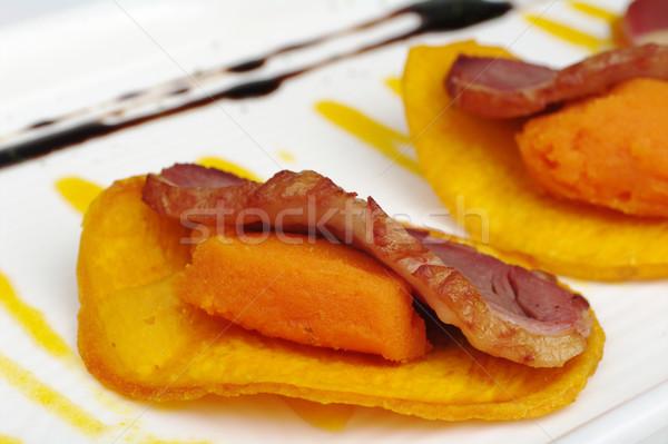 Antipasto anatra carne patata dolce chip messa a fuoco selettiva Foto d'archivio © ildi