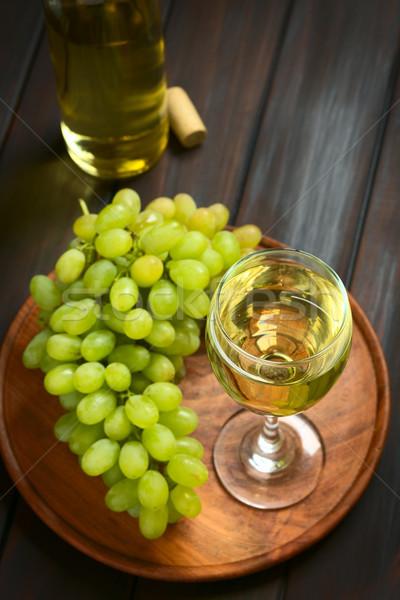 Szkła białe wino winogron biały butelki wina Zdjęcia stock © ildi