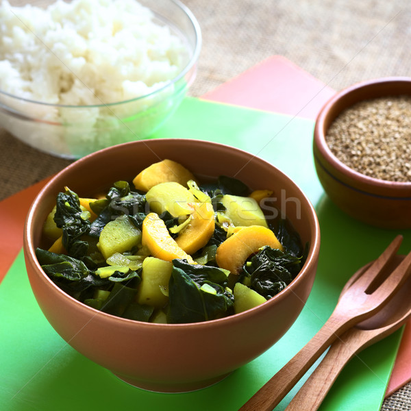 Foto stock: Espinafre · pêssego · batata · caril · prato · tigela