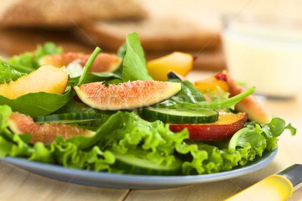 Salada figo nectarina espinafre pepino fresco Foto stock © ildi
