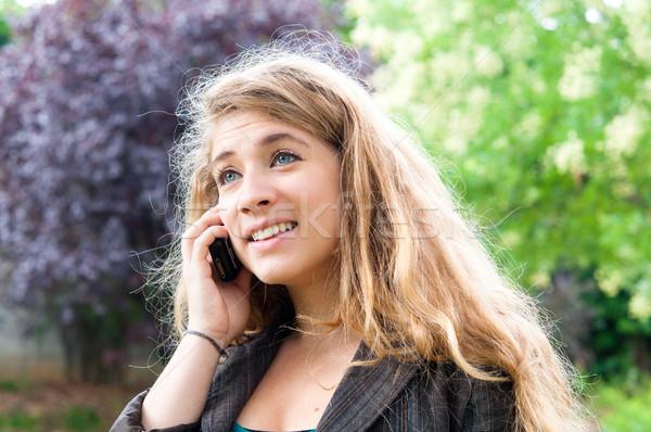 Jeune femme parler cellulaires extérieur portrait téléphone Photo stock © ilolab