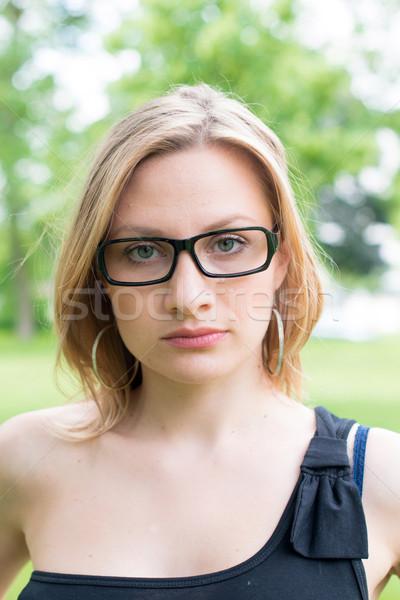Szabadtér fiatal nő szemüveg mosolyog lány mosoly Stock fotó © ilolab