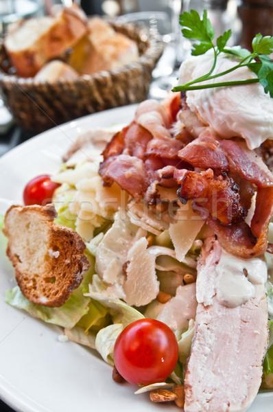 Frescos ensalada de pollo tomates queso petróleo cena Foto stock © ilolab