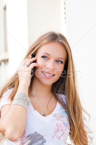 肖像 微笑 年輕 商人 打電話給我 手勢 商業照片 © ilolab