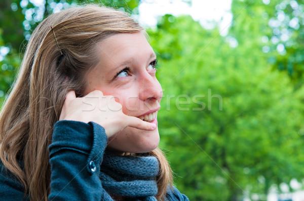 Zewnątrz portret młoda kobieta dyskusja komórkowej telefon Zdjęcia stock © ilolab
