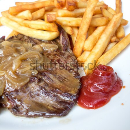 Succosa bistecca carne carne insalata patatine fritte Foto d'archivio © ilolab