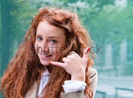 Młoda dziewczyna dyskusja komórkowej telefon zewnątrz portret Zdjęcia stock © ilolab