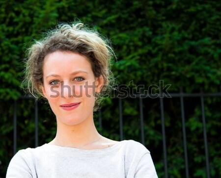 Kobieta dyskusja komórkowej telefon zewnątrz portret Zdjęcia stock © ilolab